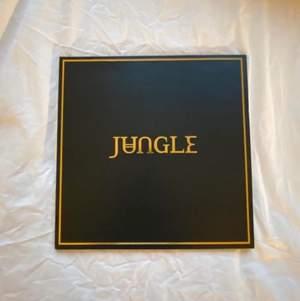 """Säljer en """"Jungle"""" av Jungle vinyl, helt oanvänd. Dock är plastförpackningen runt borttagen men den har aldrig blivit spelad. Omslaget har tappat lite av färgen (se sista bilden) men annars är den i fint skick. Nypris 250 kr, säljes för 120. Endast upphämtning."""