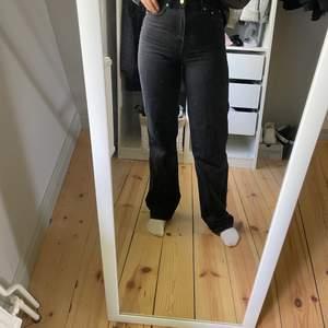 Säljer dessa populära jeans från nakd i storlek 36 för 300kr, nypris 600kr. De är i ett superfint skick och jag som referens är 165cm!