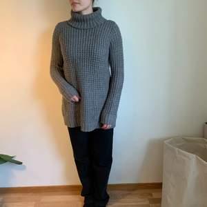 Säljer en grå stickad, lite oversized tröja. Strl S. Pris är 50 kr + frakt. Kan också mötas upp i Uppsala.