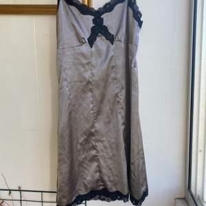 Jättefin klänning/nattlinne med spetsdetaljer köpt här på plick, kommer tyvärr inte till användning. Storlek 36❤️ 80kr +frakt