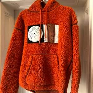 Super mysig hoodie. Använd, men bra skick. Det är dock en sampel size. Fett nice detaljer.