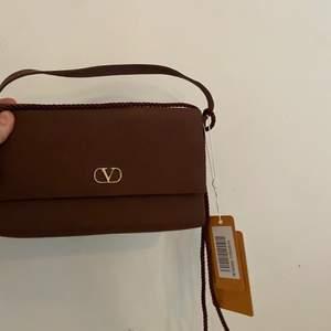 """Vintage valentino clutch/väska i tyg, köptes ifrån """"Vestiaire collective"""" inte använd lappen sitter kvar."""