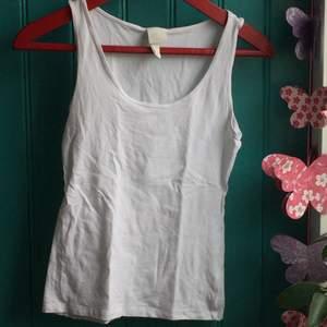 Vitt linne från HM i stretchig bomull. Säljer då det inte kommer till användning. Använt endast ett fåtal gånger.
