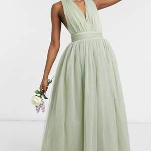 Säljer denna fina balklänning i tyllmaterial från ASOS🤩, aldrig använd och sälj på grund av att jag glömde att returnera. Jag är 172cm lång och klänningen är perfekt i längden för mig🥰