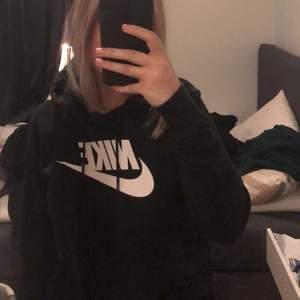 svart skön nike hoodie som knappt är använd.
