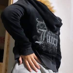 INTRESSEKOLL på svart juicy couture zip-tröja med guldig dragkedja. Osäker OM jag säljer, kanske vid bra bud. Skriv pm vid fler bilder, mått, frågor eller intresse!! 🖤🕶✨