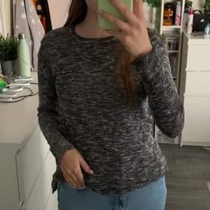 Säljer denna tröjan från H&M i storlek M. Tröjan är använd ganska mycket men är fortfarande i fint skick. Säljs för 50kr plus frakt