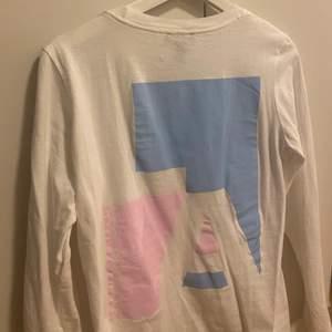 En långärmad tröja med stort tryck på ryggen, köpt på Asos kill avdelning, märket New Look. Det är XS men jag är vanligtvis en S och den passar mig bra. Ny skick! Frakt tillkommer.