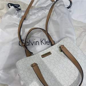 Superfin väska ifrån Calvin Klein! Köptes i USA år 2019 från en utav deras egna butiker för 1600kr, sedan dess bara legat i sin dust bag. Passar till alla tillfällen 💛
