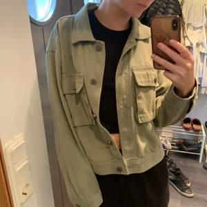 Militärgrön jacka från Pull&Bear! Passar storlek XS/S/M. Kan änvändas vår/sommar/höst. Färgen ser ljusare ut på bild. Köparen står för frakt.