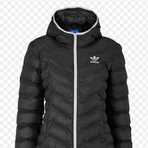 Säljer denna jätte snygga och varma vinter jackan som jag tyvärr tröttnat på! Köpt för ca 3 år sen men så gott som ny. Storlek 36⚡️