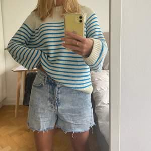 Säljer min super härliga stickade tröja i lite grövre material från Zara som inte längre finns på hemsidan. Bara använd ett fåtal gånger och säljer då jag inte får användning för den längre. Storlek M. Skriv för fler bilder!