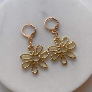 Gör handgjorda örhängen & nyckelringar ✨🌼                      Om du köper två smycken så blir de gratis frakt