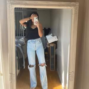 Perfekta 90s jeans med hål på knäna ifrån ZARA, vet att de sålde slut förra året och vet ej om det kom in igen. Säljes pga har för mycket jeans och dessa kommer ej till användning 💗💗💗 #zara #jeans