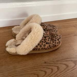 Sköna äkta Shepherd tofflar i leopardmönster. Fint skick! I storlek 36 men skulle säga att de passar 36-37.