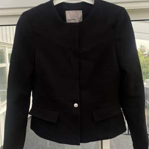 Superfin kort kappa/kostymjacka från Vero Moda! Storlek XS och är i väldigt bra skick!