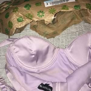 Jag hittade en fin klänning här på plick som jag hade sett långt innan på nätet, jag blev överlycklig o valde att köpa den. Jag hämtade paketet o så här ser klänningen ut. Hur fuck kan man skicka en smutsig klänning med flera fläckar på !!!!!!?? USCH, Sista ggn jag köper något på plick & I WANT my money back ASAP!!!!!!