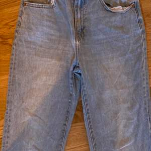Ett par väldigt fina jeans ifrån Lager 157 modellen kick, sitter väldigt fint över rumpan! Säljer endast eftersom de var lite korta då jag har väldigt långa ben, köpta för 300kr, men ni kan buda vid start 100kr!! 💗
