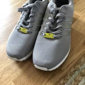 Gråa skor storlek 39