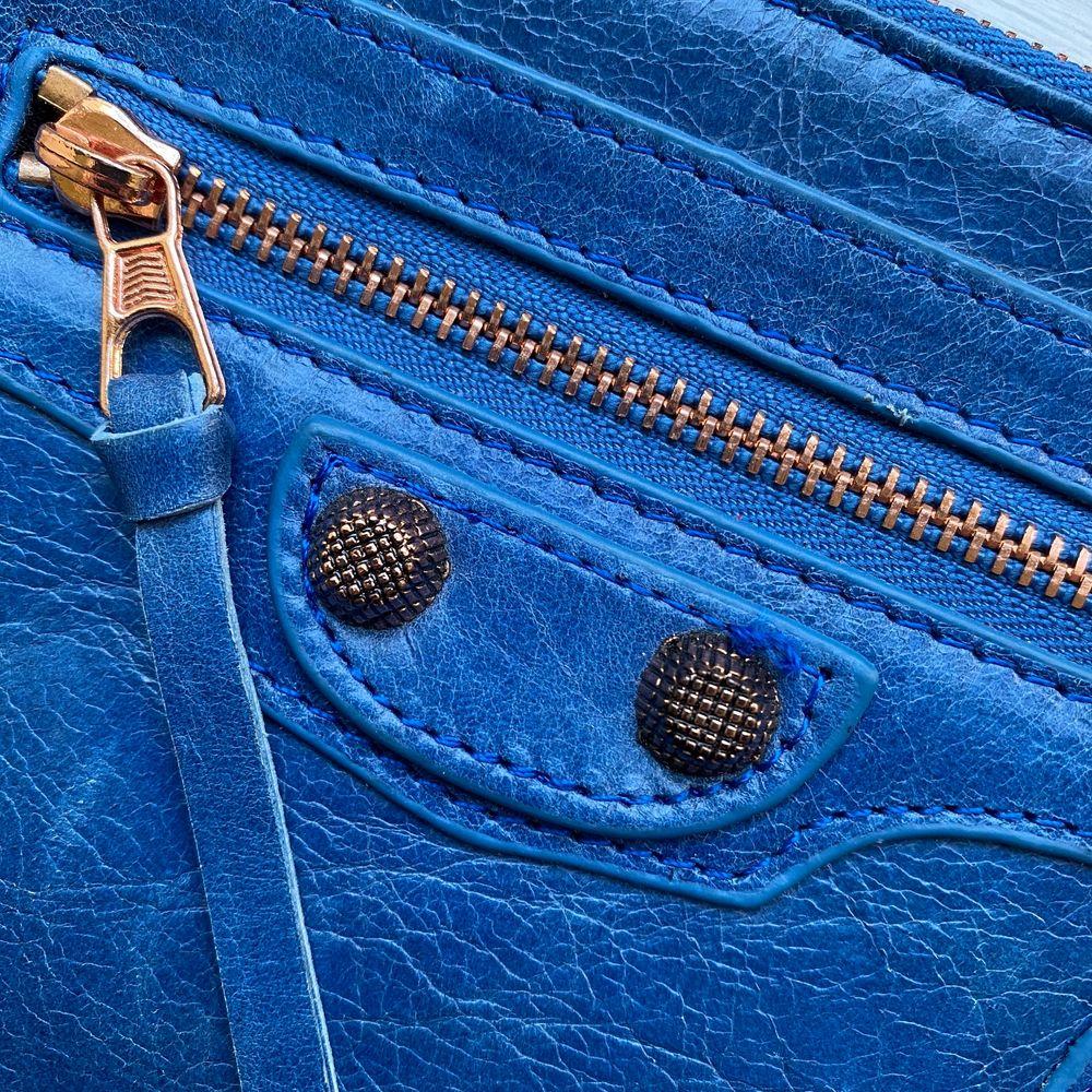 Liten Balenciaga (ej äkta) inspirerad kuvertväska/plånbok. Aldrig använts och i äkta läder. En tråd som är lite lös framtill (se bild 2) därav lågt pris. Mått: 20x12 cm. Väskor.