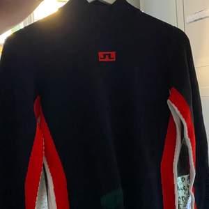 Helt oanvänd sport tröja, i stretch material. Används som underställ för alla typer utav sporter. Aldrig använd. Doftar ny.