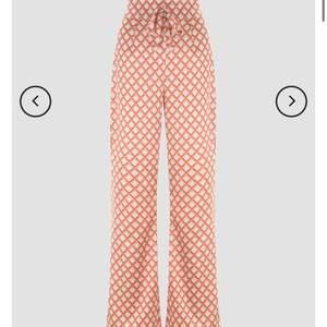 Såååå fina byxor, mönstret e jättefint!!! Men säljer pga dem inte passar mig… aldrig använda utan endast testade en gång.