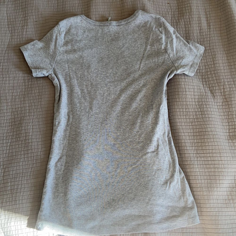 Jag säljer en äkta Benetton t-shirt för 75 ink frakt nästan helt oandvänd . T-shirts.