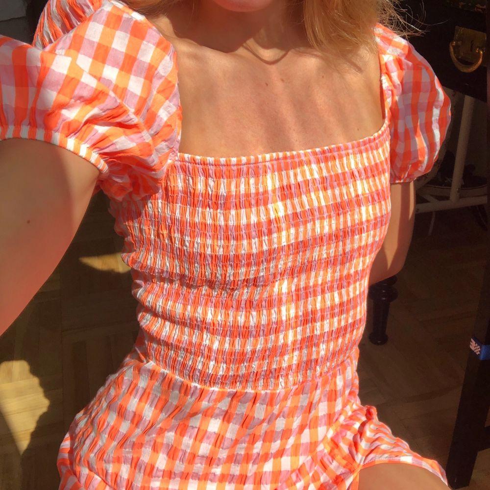 FINASTE orangea och rosarutiga lång/midiklänningen!!!  snörning och dragkedja i ryggen💘🥺 skriv för fler bilder😌😌🤝🤝🤝 helt oanvänd!. Klänningar.
