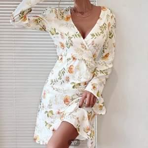 Blommig klänning från SHEIN. Oanvänd, Endast provad. Säljer då det är fel storlek. Inköpspriset var 199kr
