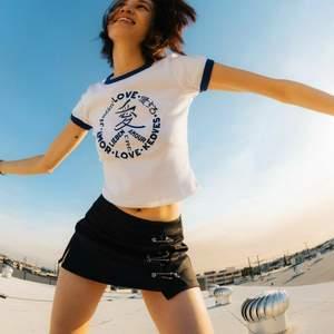 Intressekoll! T-shirt från märket UNIF, har inte använts så mycket på sistone. Köptes secondhand på depop , därav priset.