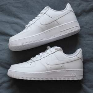 Har ett par helt nya vita Nike Air Force 1 i storlek 36,5 om någon är intresserad att köpa handmålade i valfri design, exempel på andra bilden! Går bra att skicka bilder på egna idéer 🤍 Mer info finns på mina andra annonser!