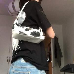 """Minibag med cowprint från humana(fake Gucci) med 2 """"fickor"""" i, 150kr+frakt"""