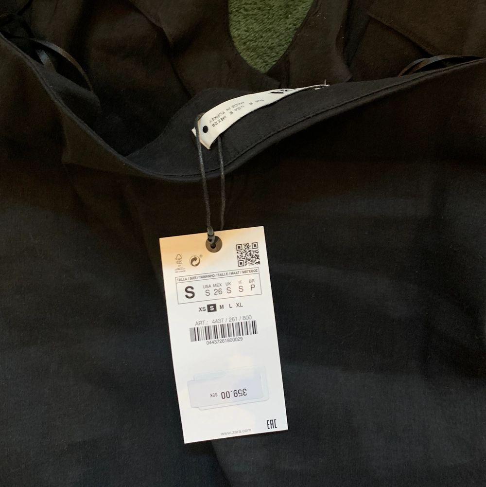 Helt ny topp från Zara. Svart halterneck strl S. Säljer då den var för stor tyvärr. prislapp sitter kvar. köptes för nypris 359kr säljer för 100kr. köpare står för frakt. . Toppar.