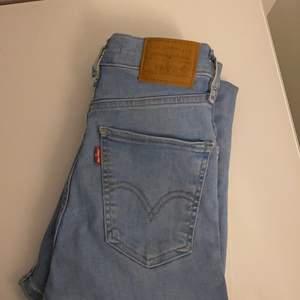 Fina Levis jeans i bra skick förutom att de är lite trasiga där bak (se bild tre) men inget man tänker på när de väl används. Jag har försökt sy ihop det och det blev inte så snyggt men kan lätt fixas, jag har bara inte orkat. Storlek 24 men är väldigt stretchiga så passar även mindre eller större. Jag har vanligtvis 25 och dessa passar mig perfekt!