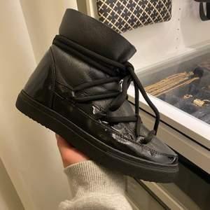 Inuikii skor som är använda två gånger, väldigt bra skick! Köparen står för frakten. Nypris:2300kr