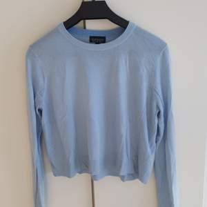 Tunn lite kortare ljusblå tröja. Från Topshop.