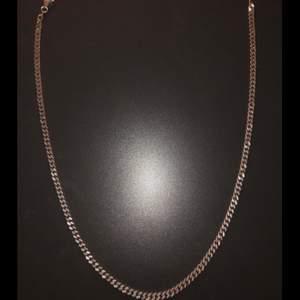 Säljer kedjehalsband i äkta silver, 450mm långt. Nypris på guldfynd för 890kr. Bud från 300kr, 50kr mellan varje bud eller köp direkt för 650kr. Kontakta gärna för flera detaljerade bilder eller frågor. Buda på!!!😇