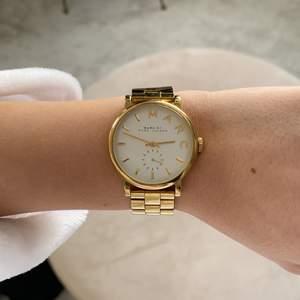 Marc Jacobs klocka i guld, väldigt fint skick. Om man vill göra klockan större medföljer extra klipps.