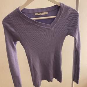NA-KD pastell lila långärmad tajt tröja. Storlek XXS, men passar även XS och S.