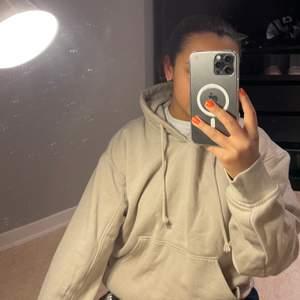 Jätte fin beige hoodie från Weekday, använd fåtal gånger storlek XS men passar också en S. Köpt för 350kr