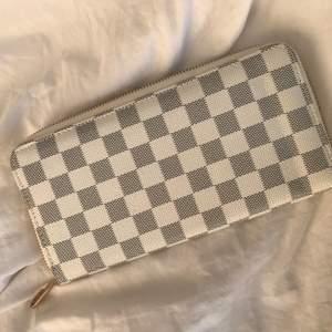 Större louisvuitton plånbok. Fullt fungerande dragkedja så inga fel. Ej äkta. 50 + frakt 💘✨