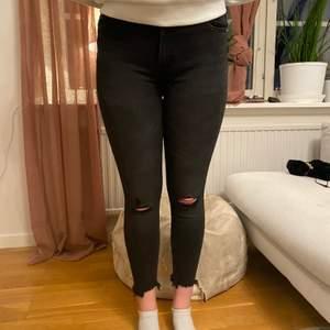 Superfina jeans i lite urtvättad svart färg. Köpta på new yorker för ca 3 år sen, inte så använda. Buda rimligt tack🤩