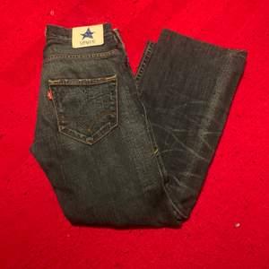 Låg midjade vintage Levi's jeans i baggy passform. Midjemått 83cm ytterbenslängd 97cm. Passar folk runt ca165-170cm. Frakt står köpare för. Pris kan diskuteras vid snabb affär