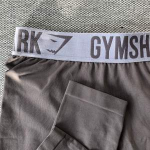 Snygga seamless tights från Gymshark köpta här på Plick, men som tyvärr var lite korta på mig som är 180 🥺 Så skönt material, fin färg och som nya! Köparen står för frakt 🤍