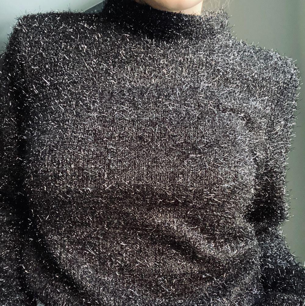 Glittrig svart tröja i strl s. Köpt på H&M. Säljer pga att den inte kommer till användning längre 🖤🖤 Skriv i kommentarerna eller kontakta mig vid intresse. Frakten tillkommer. Buda om fler är intresserade.. Tröjor & Koftor.