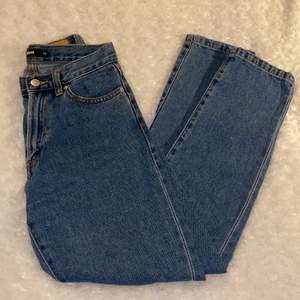 Superfina högmidjade mom-jeans från Bikbok i storlek XS 💜💜 Väldigt bekväma att ha på sig! Jeansen är i mycket fint skick och är använda fåtal gånger, säljer då jag inte kan ha dem längre :( Samfraktar gärna med andra plagg och betalning sker via Swish <33
