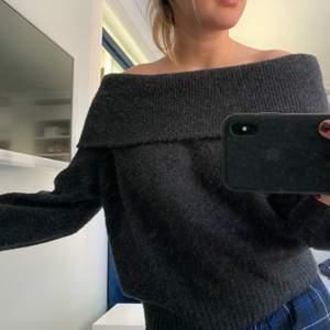 Så fin tröja som både går att använda som off shoulder eller one shoulder 😍🌟 frakt tillkommer