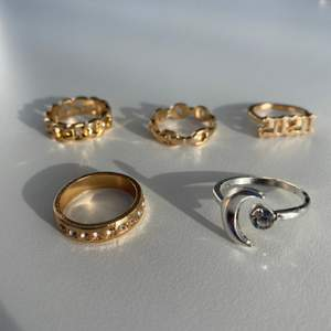 Väldigt fis ringar som jag fått hem men som inte riktigt är min stil! På bild 1 och 2 kan ni se måtten på varje ring i diameter! De kostar 20 kr styck! !!!OBS!!!! Den i mitten på andra bilden har tre små diamanter som ej syns på bild, alla på bild 2 är sålda