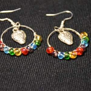 Så söta regnbågsfärgade örhängen med jordgubbar. Nickelfria krokar.