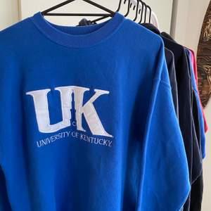 Superfin vintage University of Kentucky sweatshirt. Uppskattad storlek: M/L Cond: mycket bra. Buda i kommentarerna startbud: 100kr🥰 budgivning avslutas onsdag 9/2 kl 15:00!❤️